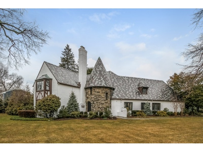 Wow House: Restored English Tudor In Garden City