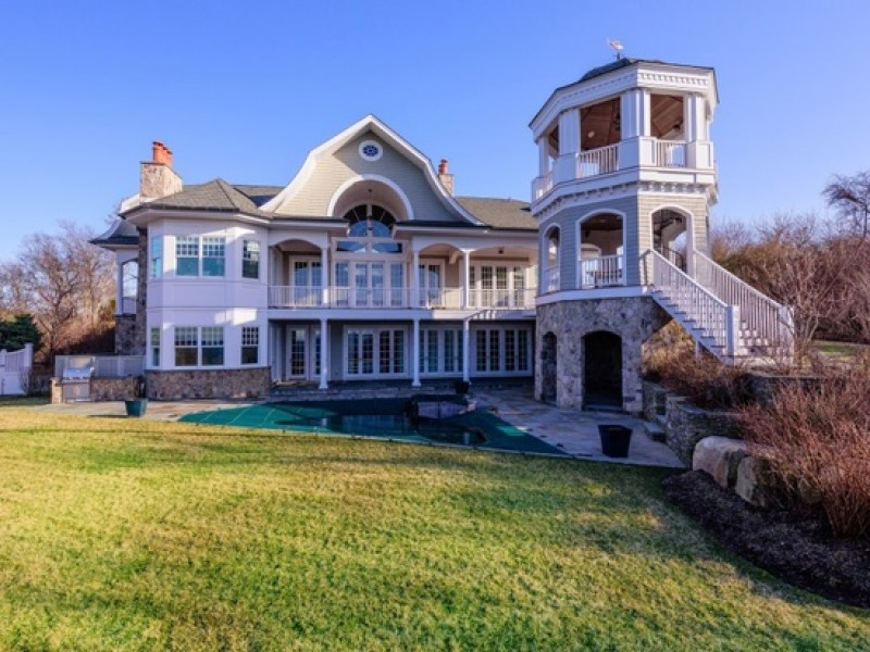 Wow house 6 bed 7 5 bath montauk estate with custom bar for Nyc real estate for sale