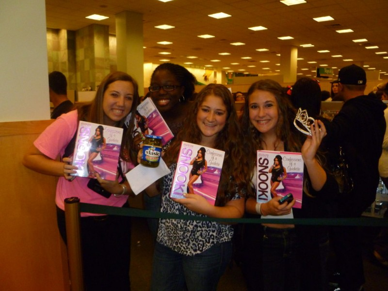 Nicole snooki polizzi draws large crowd at barnes noble book signing white plains ny patch for Barnes and noble winter garden