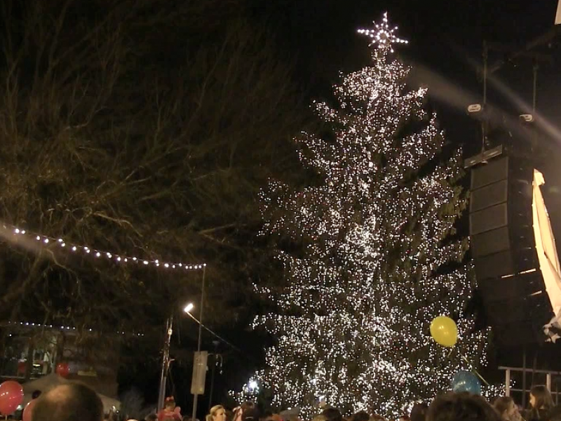 Alpharetta Lights Its Christmas Tree Ahead of the Rain & Alpharetta Lights Its Christmas Tree Ahead of the Rain ... azcodes.com