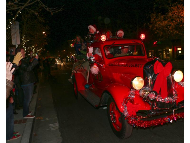Los Gatos 'Rocks Around' Christmas Tree!